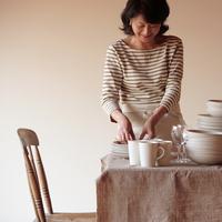 食事の準備をする中高年の女性