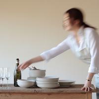 テーブルセッティングをする女性 20027000404| 写真素材・ストックフォト・画像・イラスト素材|アマナイメージズ
