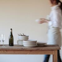 テーブルセッティングをする女性 20027000405| 写真素材・ストックフォト・画像・イラスト素材|アマナイメージズ