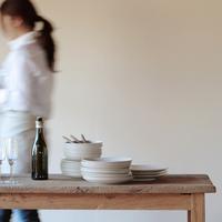 テーブルセッティングをする女性 20027000406| 写真素材・ストックフォト・画像・イラスト素材|アマナイメージズ