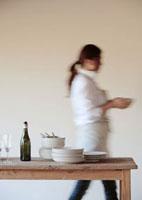 お皿を運ぶ女性 20027000408| 写真素材・ストックフォト・画像・イラスト素材|アマナイメージズ