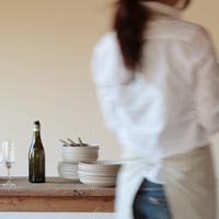テーブルセッティングをする女性の後ろ姿 20027000410| 写真素材・ストックフォト・画像・イラスト素材|アマナイメージズ