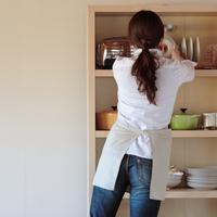 棚に物を置く女性の後ろ姿 20027000411| 写真素材・ストックフォト・画像・イラスト素材|アマナイメージズ