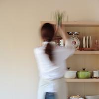 棚に観葉植物を置く女性の後ろ姿 20027000412| 写真素材・ストックフォト・画像・イラスト素材|アマナイメージズ