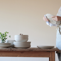 お皿を拭く女性 20027000417| 写真素材・ストックフォト・画像・イラスト素材|アマナイメージズ