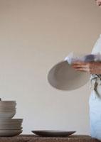 お皿を拭く女性