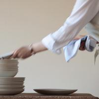 お皿を拭く女性 20027000419| 写真素材・ストックフォト・画像・イラスト素材|アマナイメージズ