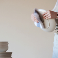 お皿を拭く女性の手元