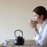 お茶を煎れて一休みする女性