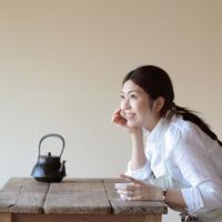 お茶を煎れて一休みする女性 20027000449A| 写真素材・ストックフォト・画像・イラスト素材|アマナイメージズ