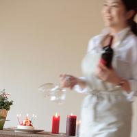 ワインとグラスを運ぶ女性 20027000453| 写真素材・ストックフォト・画像・イラスト素材|アマナイメージズ
