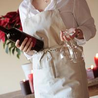 ワインとグラスを運ぶ女性 20027000454| 写真素材・ストックフォト・画像・イラスト素材|アマナイメージズ