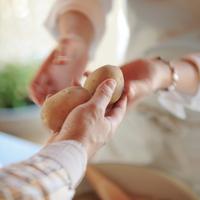 ジャガイモを受け取る女性の手元 20027000475B| 写真素材・ストックフォト・画像・イラスト素材|アマナイメージズ