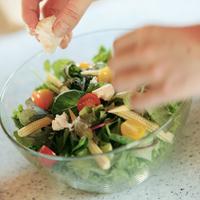 サラダを作る女性の手元