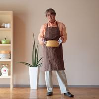 キッチンで鍋を持つ男性 20027000497A| 写真素材・ストックフォト・画像・イラスト素材|アマナイメージズ