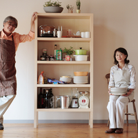 キッチンの棚と中高年の夫婦 20027000498| 写真素材・ストックフォト・画像・イラスト素材|アマナイメージズ