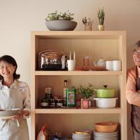 棚の両側に並んで立つ夫婦 20027000500C| 写真素材・ストックフォト・画像・イラスト素材|アマナイメージズ