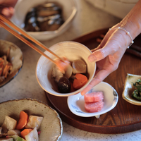和食を盛りつける女性の手元 20027000507A| 写真素材・ストックフォト・画像・イラスト素材|アマナイメージズ