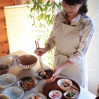 和食を盛りつける中高年の女性