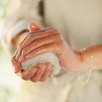 おにぎりを作る女性の手元 20027000516| 写真素材・ストックフォト・画像・イラスト素材|アマナイメージズ