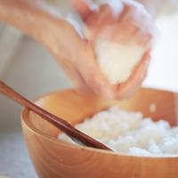 おにぎりを作る女性の手元 20027000520A| 写真素材・ストックフォト・画像・イラスト素材|アマナイメージズ