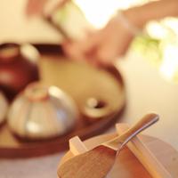食事の準備をする女性の手元 20027000534| 写真素材・ストックフォト・画像・イラスト素材|アマナイメージズ