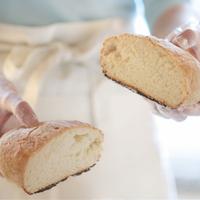 手作りパンを持つ女性の手元 20027000548| 写真素材・ストックフォト・画像・イラスト素材|アマナイメージズ