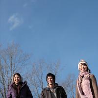 散歩をする20代の若者たち 20027000560C| 写真素材・ストックフォト・画像・イラスト素材|アマナイメージズ
