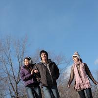 散歩をする20代の若者たち 20027000561B| 写真素材・ストックフォト・画像・イラスト素材|アマナイメージズ
