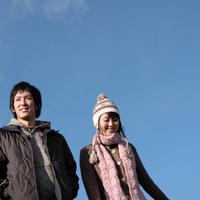 散歩をする20代の若者たち 20027000562| 写真素材・ストックフォト・画像・イラスト素材|アマナイメージズ