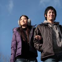 空と20代のカップル 20027000563| 写真素材・ストックフォト・画像・イラスト素材|アマナイメージズ