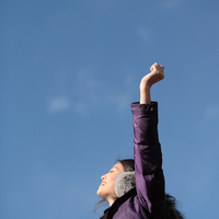 手を広げる女性