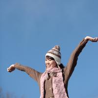 空と両手を広げる女性