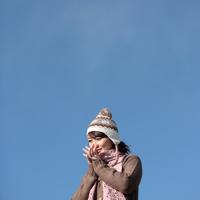 空と20代の女性 20027000566| 写真素材・ストックフォト・画像・イラスト素材|アマナイメージズ
