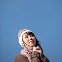 空と20代の女性 20027000567B| 写真素材・ストックフォト・画像・イラスト素材|アマナイメージズ