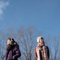 散歩をする2人の女性 20027000568A| 写真素材・ストックフォト・画像・イラスト素材|アマナイメージズ