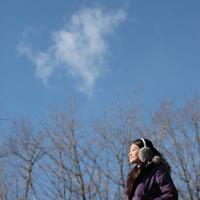 散歩をする20代の女性 20027000569| 写真素材・ストックフォト・画像・イラスト素材|アマナイメージズ