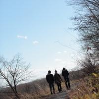 散歩をする20代の若者たち