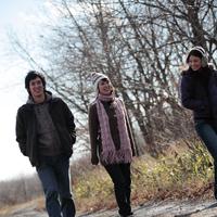 野道を歩く若者たち