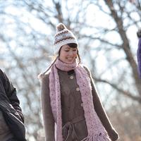 野道を歩く20代女性 20027000573| 写真素材・ストックフォト・画像・イラスト素材|アマナイメージズ