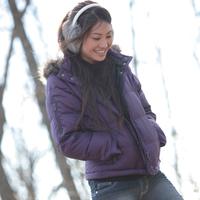 野道を歩く20代女性 20027000574| 写真素材・ストックフォト・画像・イラスト素材|アマナイメージズ