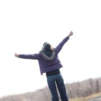 手を空に広げる20代女性 20027000575| 写真素材・ストックフォト・画像・イラスト素材|アマナイメージズ