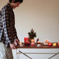 クリスマスの準備をする男性