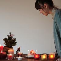 クリスマスの準備をする女性