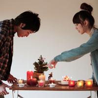 クリスマスの準備をするカップル