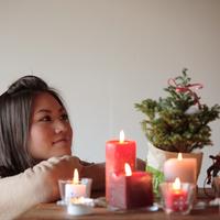 クリスマスツリーをみつめる女性 20027000608| 写真素材・ストックフォト・画像・イラスト素材|アマナイメージズ
