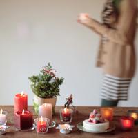 クリスマスの準備をする女性 20027000612| 写真素材・ストックフォト・画像・イラスト素材|アマナイメージズ