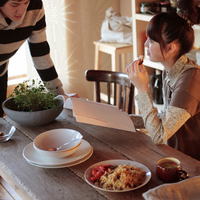 キッチンで話すカップル 20027000636| 写真素材・ストックフォト・画像・イラスト素材|アマナイメージズ