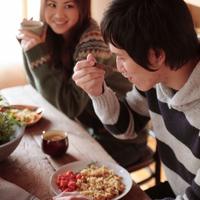 一緒にご飯を食べるカップル