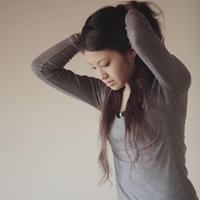髪をまとめ上げる20代女性 20027000659| 写真素材・ストックフォト・画像・イラスト素材|アマナイメージズ